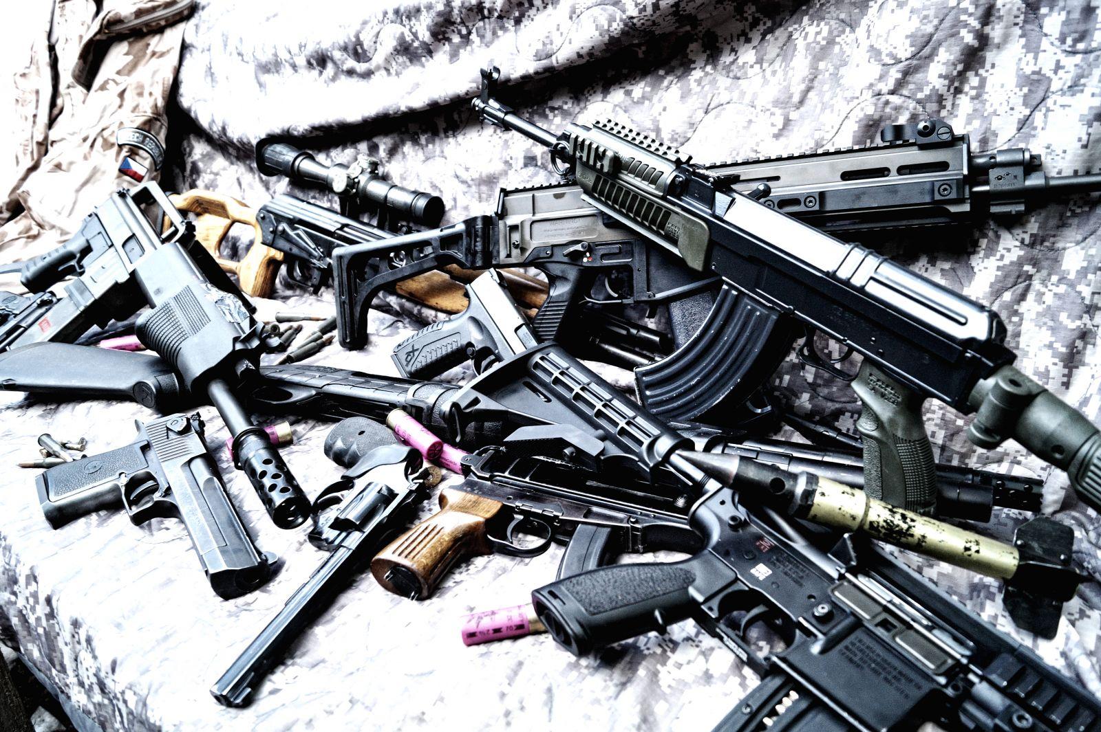 Celkem 17 zbraní a 94 nábojů