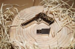 Kovová pistole s usb
